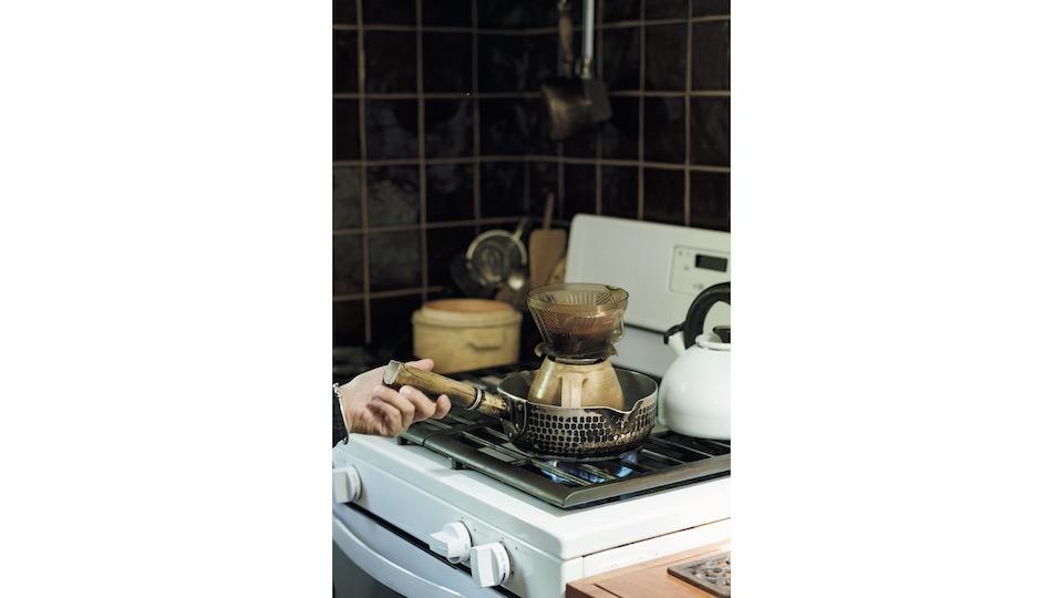 何十年も使っている行平鍋。奥のタイルは土作りから作り方を習い、一から自分で作った力作。「郡司さんのスパルタ指導の賜物です(笑)」