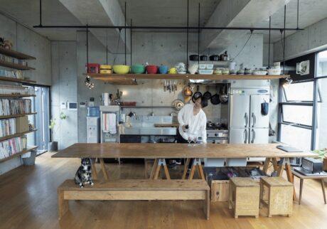 『アヒルストア』のオーナー齊藤輝彦さんと妻の直子さんの台所は、ワンフロアのLDKの一角に ある。シンク、ガス台、冷蔵庫はすべて業務用。