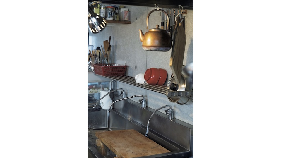 輝彦さん絶賛の水切り棚。長いシンクに沿って取り付けたことで、洗った食器をそのまま並べられる。調理過程の食材を置くにも便利。