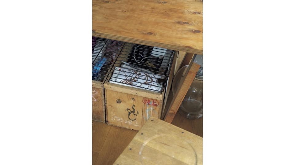 こまごまとしたものの収納は「プラスチック製品が苦手なので」リンゴ箱やワインの木箱を使用。