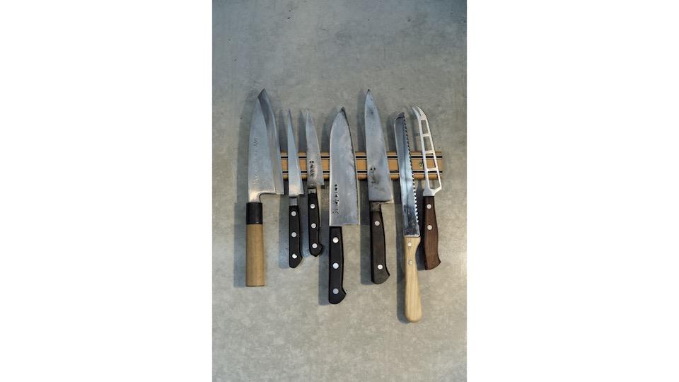 包丁は〈有次〉の平常一品を愛用している。「ステンレス製 だけど刃先は鋼、研ぐとすぐに鋭い刃がつく」と輝彦さん。