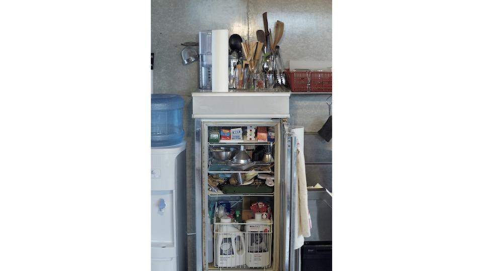 「唯一の戸棚」は輝彦さんが移動販売車をやっていたときの 冷蔵ショーケース。ラップや洗剤などをストック。