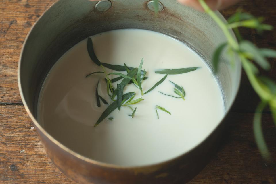 1.豆花を作る。豆乳150mlとタラゴンを鍋に入れ、沸いたら火を止め、香りをうつす。