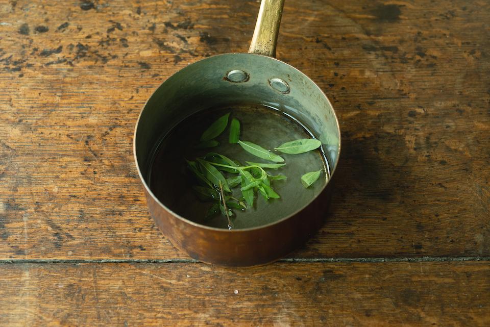 5.シロップを作る。鍋に水ときび砂糖20gを入れて火にかける。砂糖が溶けてきたら、レモンバーベナを入れる。沸騰したら火を止めて香りをうつす。粗熱をとり、冷蔵庫で冷やす。「4」にこのシロップとジュースをかけて完成。
