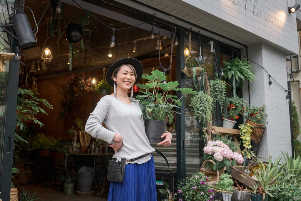 フラワーショップ『On Flowers』 店主 橋本 藍さん 町の花屋さんとして、生活の様々なシーンと、飾る人の雰囲気や暮らしに寄り添う花を提案する。人が集う場所であってほしいという思いからカフェも併設。フラワーアレンジメントのワークショップなども行っている。