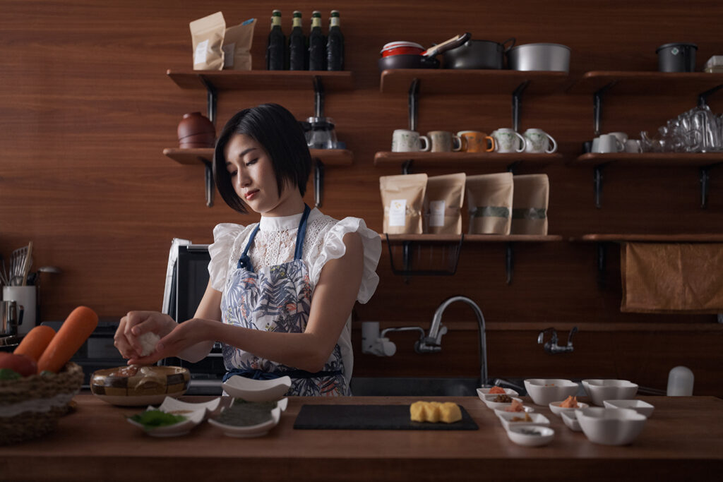 おにぎり店『NY CAFE』 店主 米山直子さん 食べるたびに健やかで美しい体へ、がショップのテーマ。魚沼産コシヒカリを使ったおにぎりとミラクルフードのモリンガのお茶、ナチュラルスイーツなど、厳選した材料を使ったヘルシーメニューを提供。