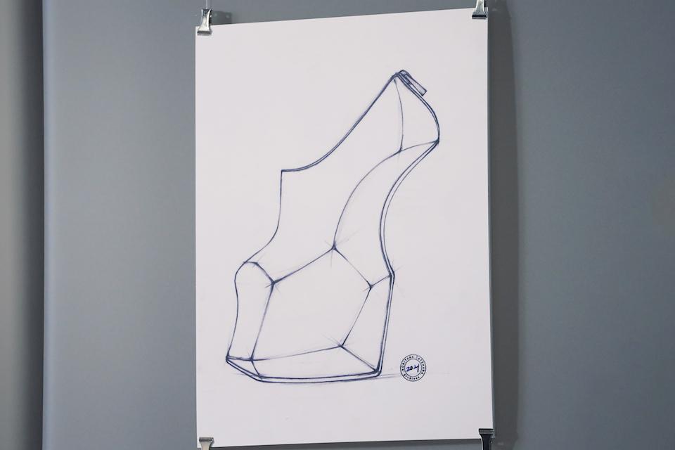 舘鼻さんの代表作でもあるヒールレスシューズに、新型 Audi A3の「ミニマルでありながら複雑でシャープ」なフォルムを落とし込んだアイデアスケッチ。