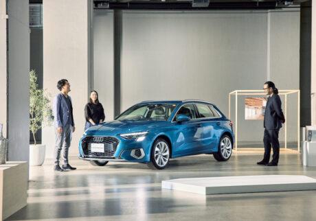 新型 Audi A3を囲む3人。左から、横関亮太さん、岡野道子さん、舘鼻則孝さん。クリエイターならではの視点で、デザインのディテールを見つめる。