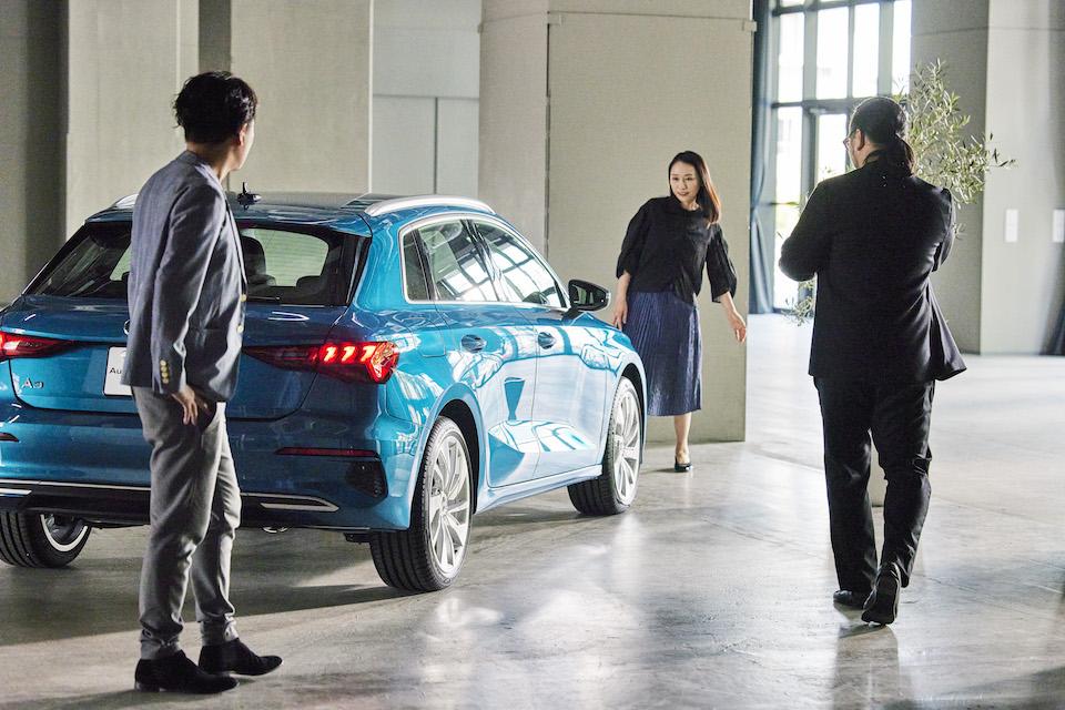 トークの終盤、改めて新型 Audi A3を見つめる3人。クリエイターを離れた一人のドライバーとしての感想トークにも花が咲く。