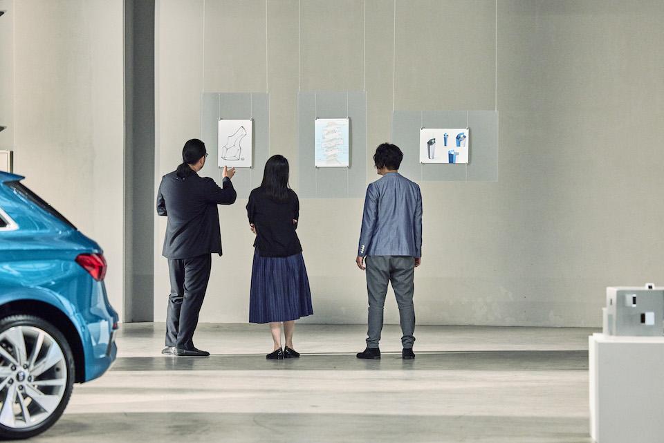 持ち寄ったデザインスケッチを前に語り合う3人。三者三様の視点によって、新たなアイデアが生まれていく。