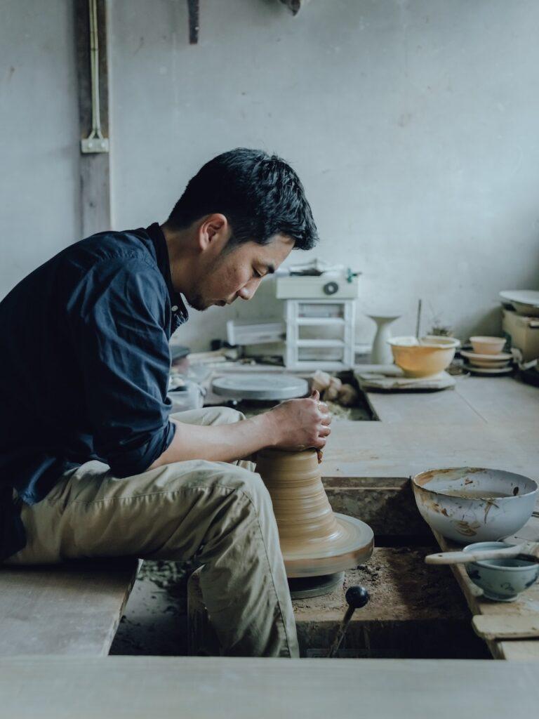 県指定無形文化財の15代目坂倉新兵衛を父に持ち、同じ場で制作に励む。