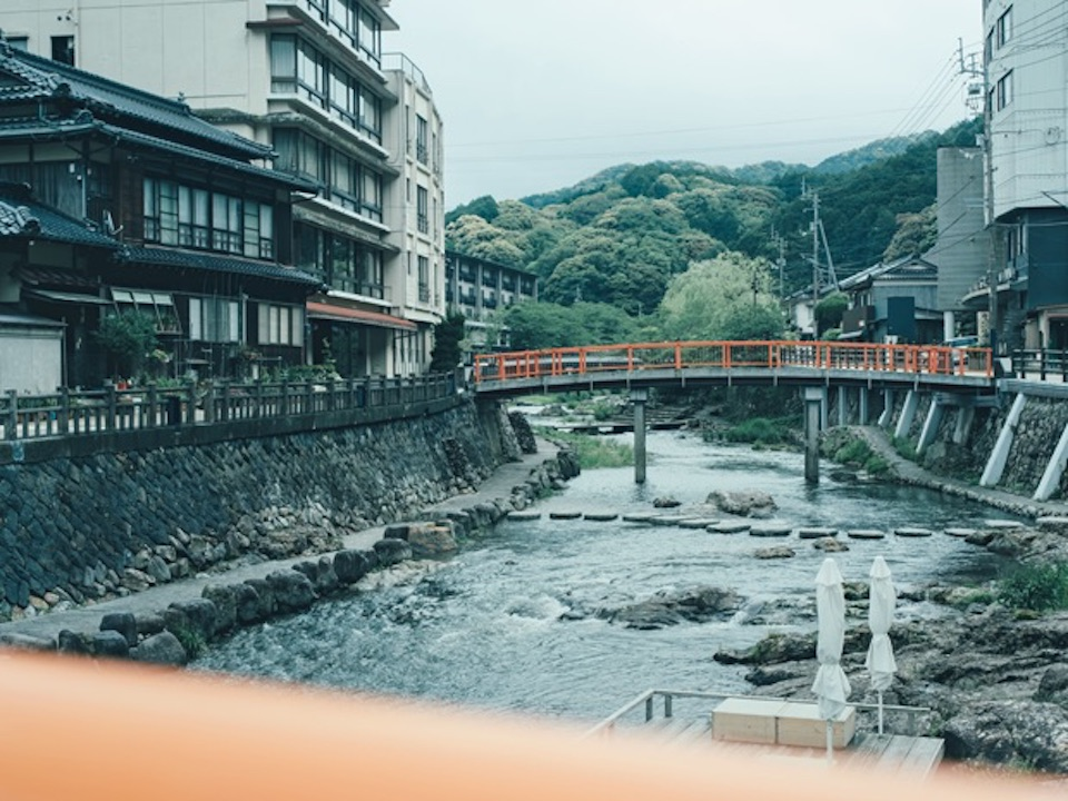 長門湯本温泉の中心を流れる音信川。川床が3か所あり、川のせせらぎを聞きながら休憩できる。