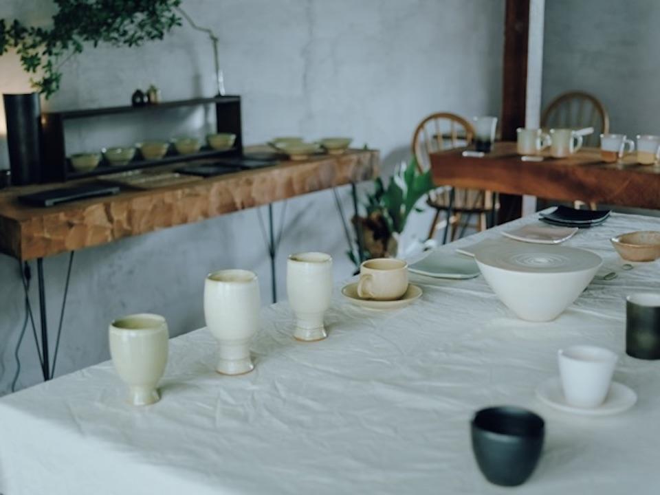 深川窯の若手作家の器を販売する『cafepottery 音』(長門市深川湯本1261‒12)。