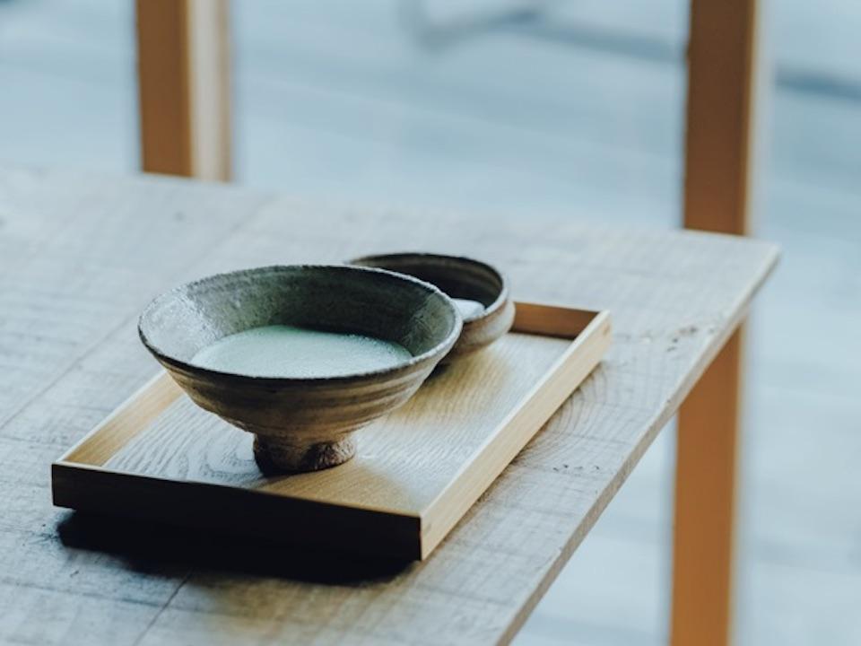 音信川沿いのテラスでお抹茶(干菓子付き、¥750)を。手作りスイーツも評判。