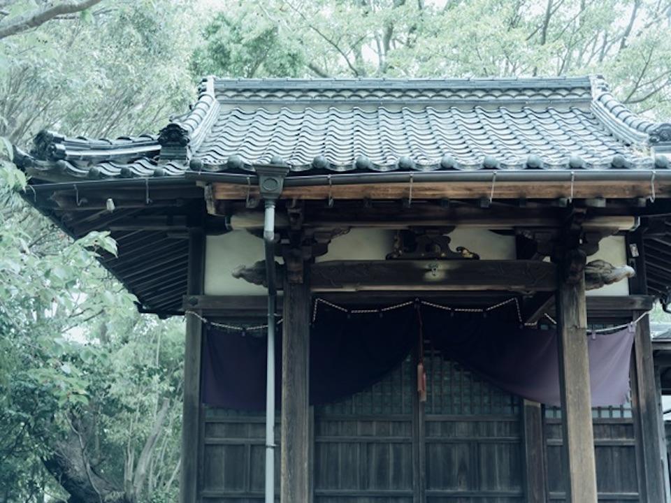 温泉街を見守るように、丘の上に佇む住吉神社。