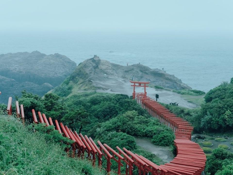 日本海まで足を延ばせば、元乃隅神社の鳥居の絶景が。階段を上りきった最後の鳥居の上部には賽銭箱があり、うまくお賽銭が入れば願いが叶うという。