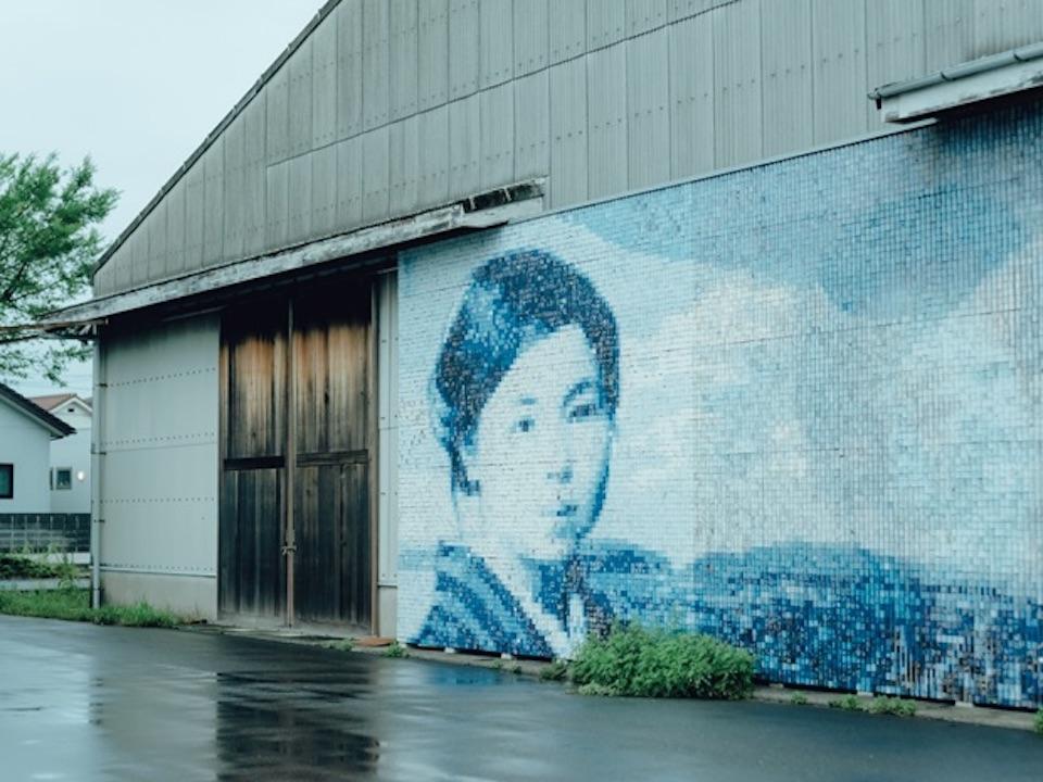 童謡詩人・金子みすゞの生まれ故郷。かまぼこ板で作られた立体モザイク画が、仙崎港近くの倉庫の壁に。