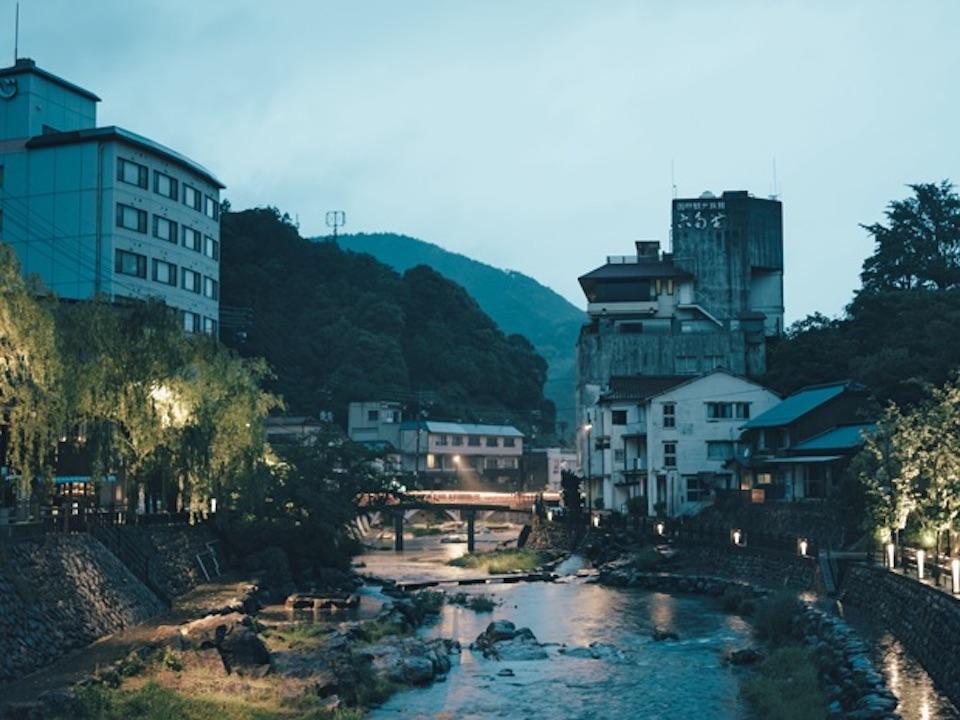 日没後にライトアップされた音信川。夜景も美しい。
