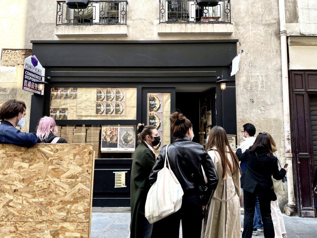 『Nanny』のポスターが貼り出されたポップアップショップ。店の前には行列が。