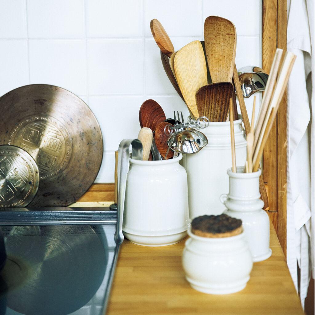 キッチンツールキャニスター  スコープ ニーズに合わせてサイズが異なり、全6種類あるオリジナルのキッチンツールキャニスター。「キッチンツールを立てて安定させるには、口がすぼまっていることが大切だけど、それは効率的に製造できないから作る人も少ない。けれど生活する中で足りないと思ったから、作ろうと。形は立派になりすぎず、ちょっと抜けてる感がおもしろいと思ってます」
