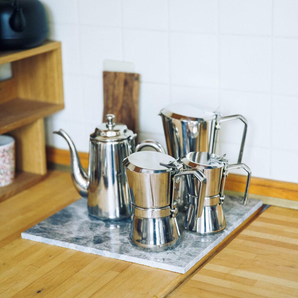 ジャンニーナ  ジャンニーニ 「銀色のものが集まっていると格好いいでしょう」とキッチンの一角に並ぶのはエスプレッソコーヒーメーカー。「ストレーナーまで全部金属のパーツだし、全然壊れる様子がない。置いてある姿もいいし、実際これでコーヒーを淹れたらおいしいし。洒落てるなと思う」。ドリップに加えてコーヒーの楽しみが広がったと、ミルクコーヒー用に愛用中。