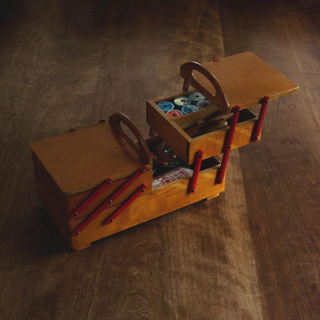 裁縫箱  メーカー不明 中央のハンドルが2つに分かれて左右に開く木製のソーイングボックス。キッチン道具以外でも愛嬌を大切にする、土切さんらしいセレクトだ。「北欧のヴィンテージショップで見つけました。2段重ねの箱がそれぞれ左右に積み重なっていて収納力抜群」。箱が階段状に開いて必要なものを見つけやすく、ステーショナリーやコスメなどの収納にも便利。