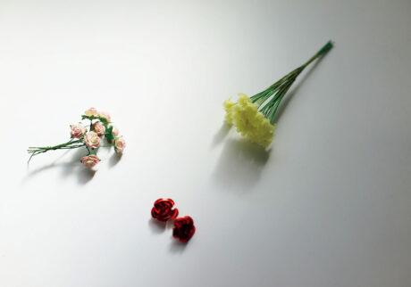 左/ベトナムの古びた文房具屋の片隅で発見した薔薇の花。中/エストニアの古都・タリンの文房具屋で売られていたのは金属製のシールタイプ。右/渋谷PARCOの〈POV STORE Bangkokシテン〉にて入手したタイの花。