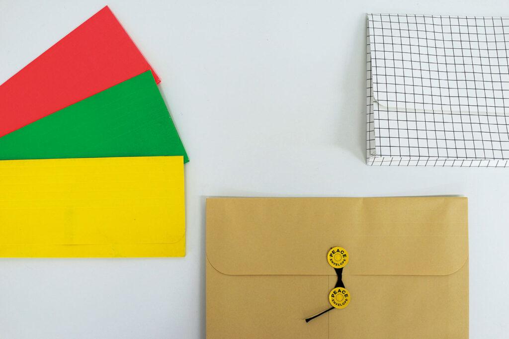 左/鮮やかなカラーが可愛いアメリカのOfficeMaxの品。レターサイズ対応の大もアリ。中/日本が誇る紙製品、間伐材保存袋、その名もPEACEKEEPER。右/デンマークのインテリアブランド〈HAY〉は、紙製品も要チェック。 小林エリカ フォルダ 文房具 トラベラー
