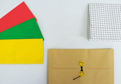 左/鮮やかなカラーが可愛いアメリカのOfficeMaxの品。レターサイズ対応の大もアリ。中/日本が誇る紙製品、間伐材保存袋、その名もPEACEKEEPER。右/デンマークのインテリアブランド〈HAY〉は、紙製品も要チェック。