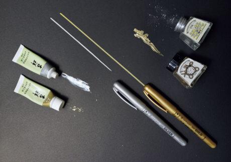 左/絵の具は〈吉祥〉の日本画材料顔料が好き。赤金もあり。中/友人から教えてもらったチェコ〈centropen〉の水性金銀ペンは発色も使い勝手も最強! 右/英国の〈WINSOR & NEWTON〉のインク壺シリーズの可愛さは無敵。