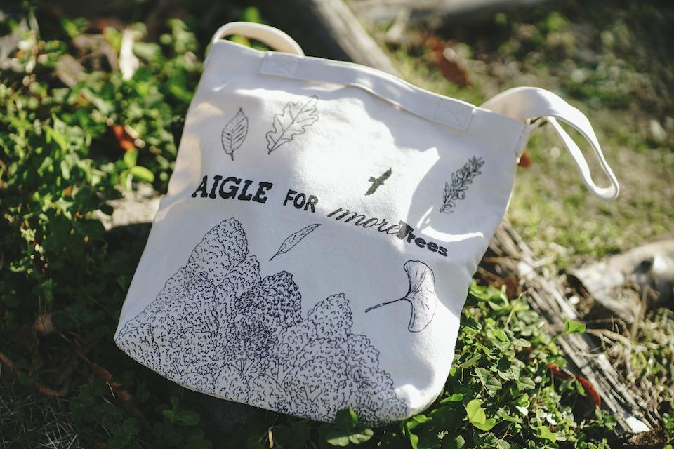 イザベル・ボワノがmore treesの森をイメージして描いたドローイングと手描きのロゴがポイント。オーガニックコットン100%のトートバッグ〔W38×H36×D8cm)¥4,290。