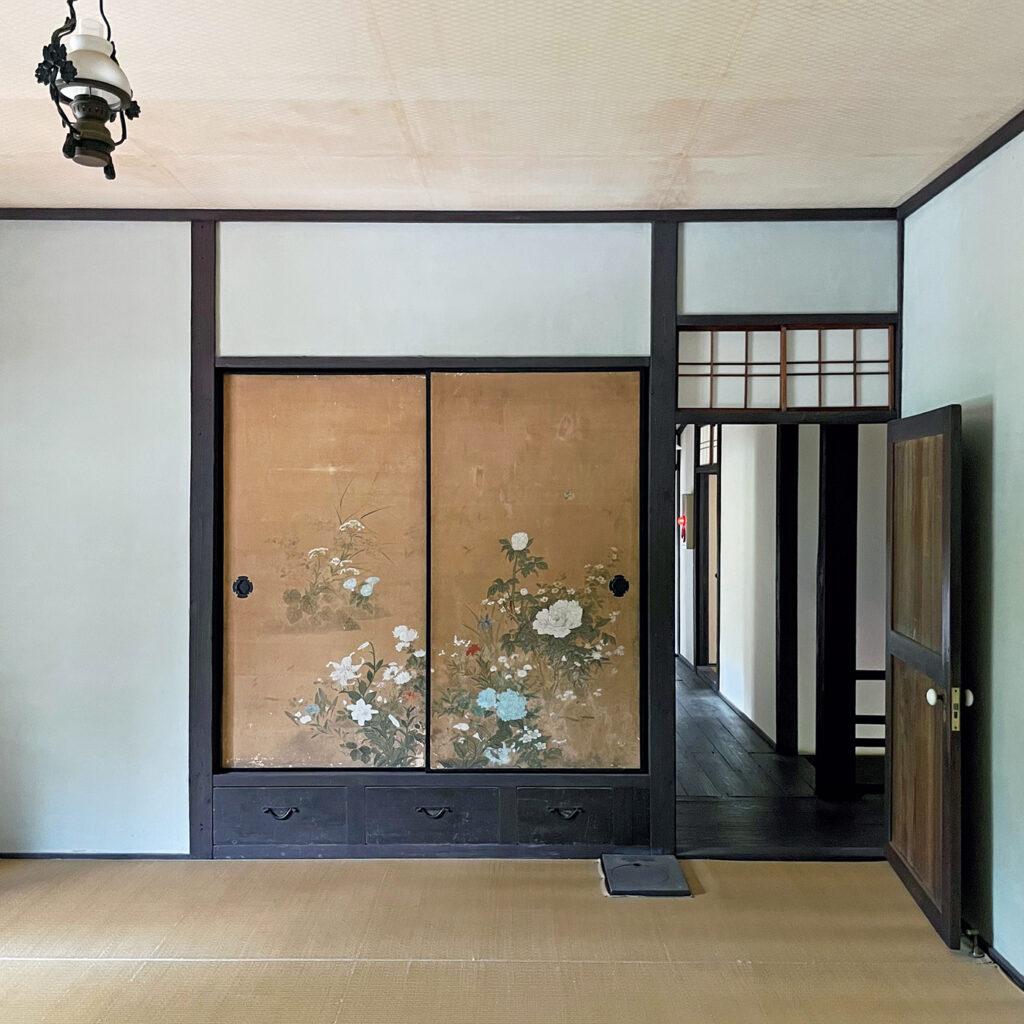 住み手の強い意志が伝わる、  「新島旧邸」の居間の襖とドア。 同志社の創立者、新島襄の私邸は明治11年の竣工。「襖の下に引き出し、横に扉という構成に新島の意向を感じます。玄関も簡素で床の間もなく、部屋の格に差のないフラット感も当時は画期的だったはず」