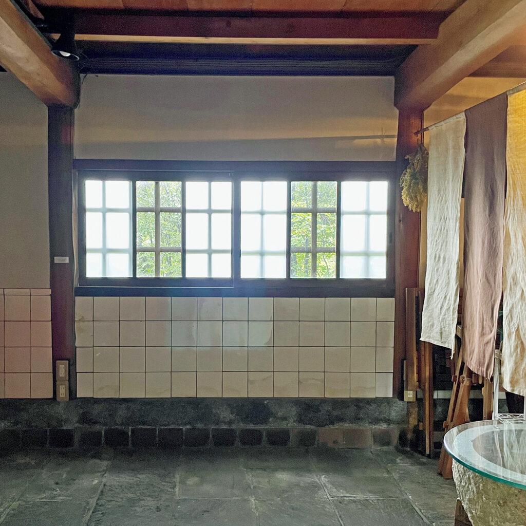 数寄者らしい細部までのこだわり、  「茂庵(もあん)」の台所のタイルと石畳。 大正末〜昭和初期に吉田山に造られた茶事のための旧点心席。現在、1階はカフェの厨房や待ち合いとして当時の姿を残している。「大正時代に登場したシンプルな白いタイルをいち早く取り入れたもの」