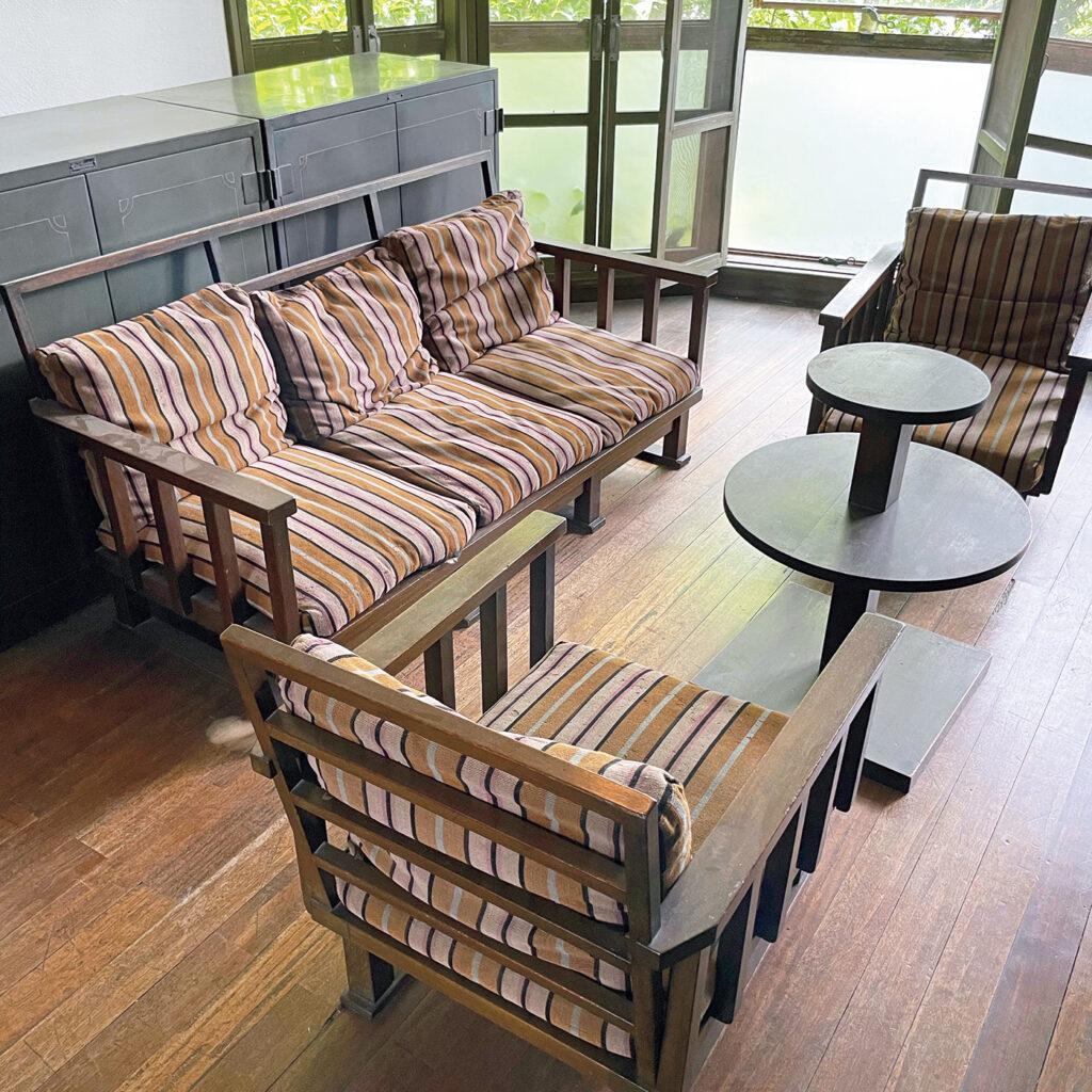建築家によるデザインが凝縮する「栗原邸」の家具と照明。 本野精吾が自邸の5年後に手がけた住宅。「モダニズムを強く感じる自邸に比べ、随所に装飾的な要素が感じられます。本野自身による家具や照明などが当時のまま残されていて、見どころもたくさん」