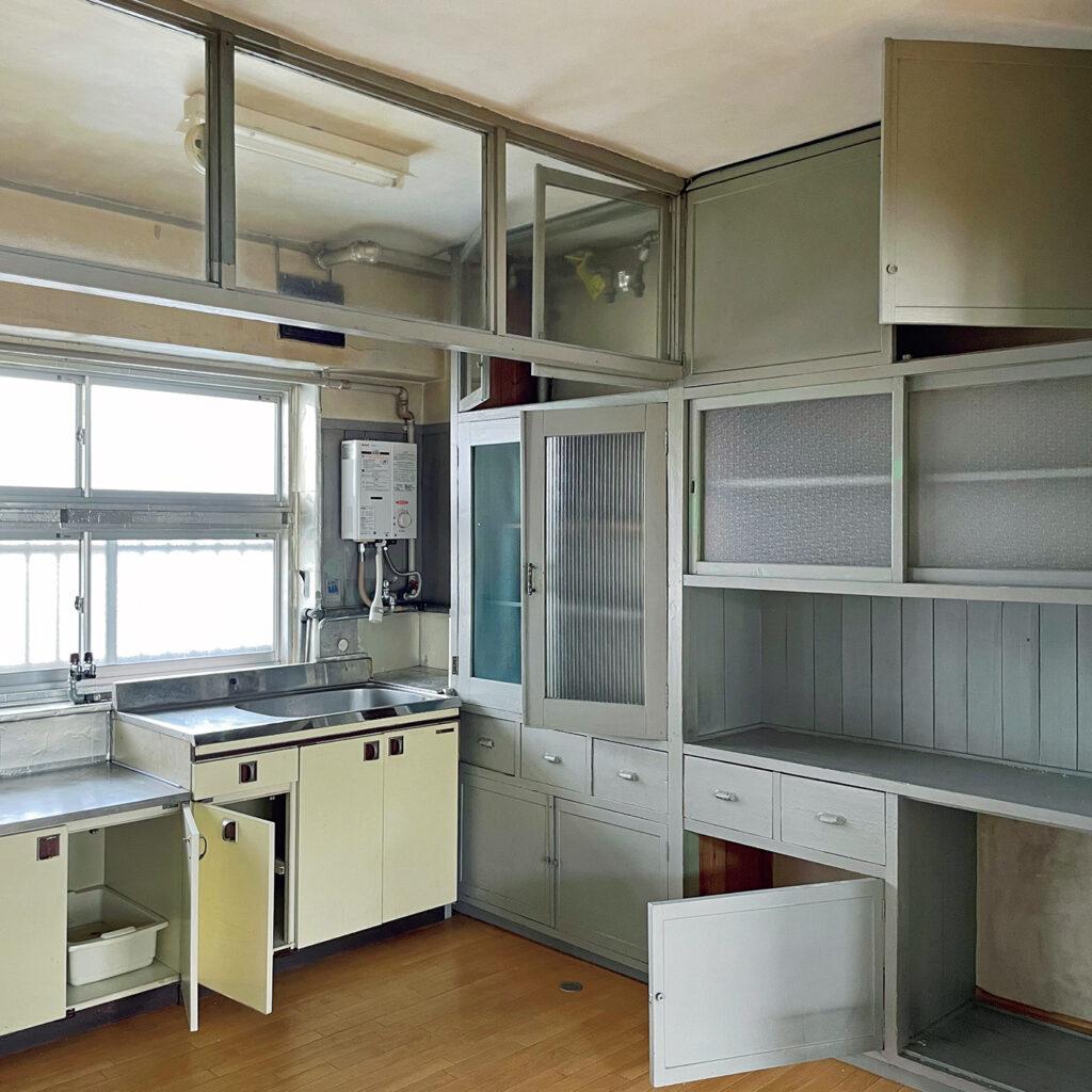 「京都府住宅供給公社堀川団地」の   町家から発展した新たなキッチン。 昭和26〜29年にかけ竣工した日本初のRC造店舗付き集合住宅。「公営住宅の標準設計が普及する前の建物のため独自のデザインに。とはいえ今に通じる機能性は、昭和20年代には新鮮に思えたのでは」