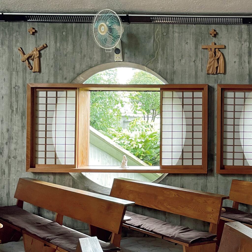 木工作家のデザインを楽しむ、 「カトリック桂教会」の丸窓と障子。 家具デザイナーのジョージ・ナカシマによる、日本で唯一の建築作品。「住宅ではないが祭壇や照明、とりわけ障子をあしらった丸窓などは、人の暮らしに寄り添った木工作家ナカシマらしいディテール」