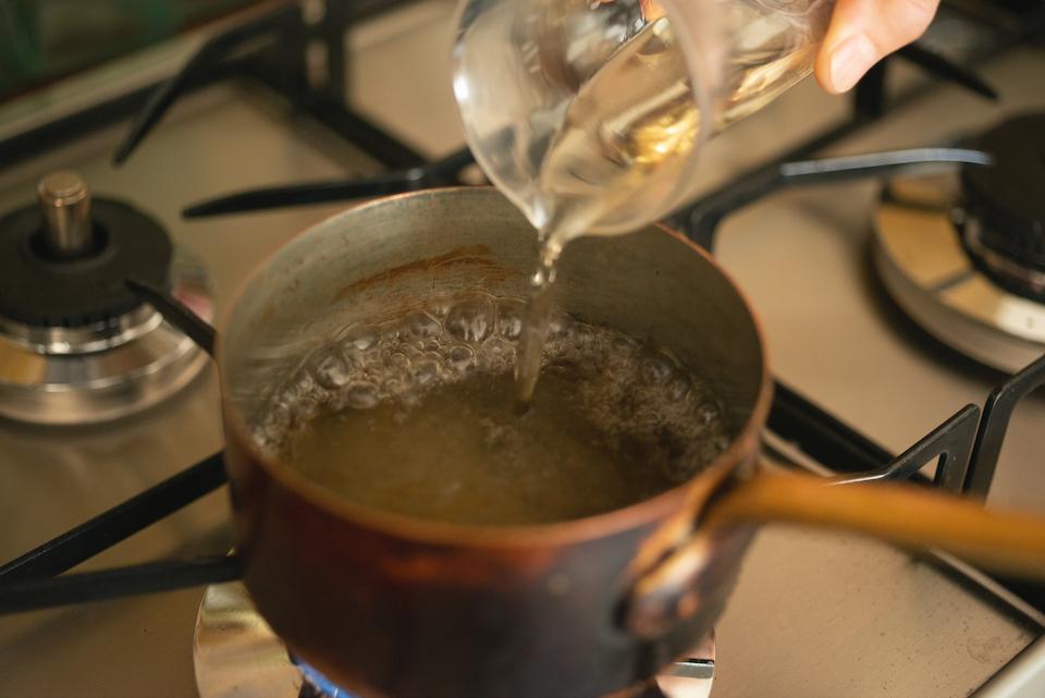 1. 鍋に水ときび砂糖を入れ弱火にかけ、沸騰したらシェリー酒(または白ワイン、ジン)を加える。