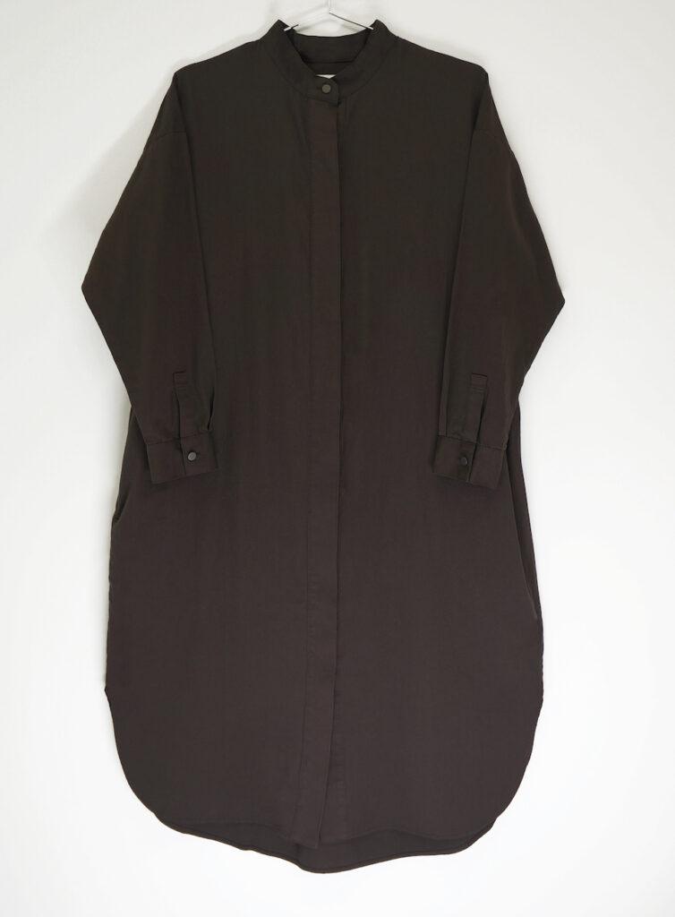 先行発売するシャツドレスはアイボリーとダークブラウンの2色展開。こちらはダークブラウン。¥26400