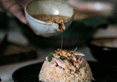 土鍋はじっくり熱が伝わるからか、ふっく らと炊ける。和風ベースに豆板醤やスイー トチリソースを混ぜたタレが食欲をそそる。