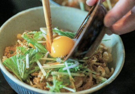 卵はなしでも、温泉卵や半熟卵でも、全卵 を入れてもいい。「器の底に残ったタレと 卵が妙に旨いんですよ」と章夫さん。