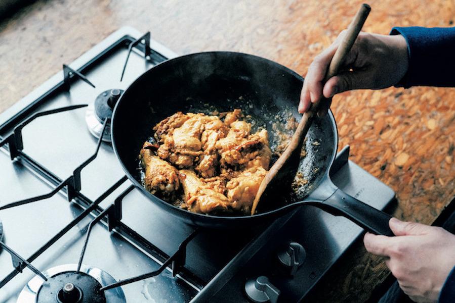 フライパンの縁にこびりついたスパイスもこそげとって混ぜながら炒める。