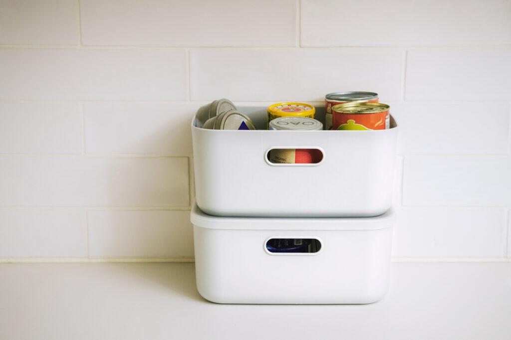 常備しておきたい缶詰や調味料などは、ふたができて重ねられるタイプにまとめて。  ソフトNインボックス クォーター(W19×D27×H12cm)各¥399、ふたハーフ(W20×D27×H1cm)¥199
