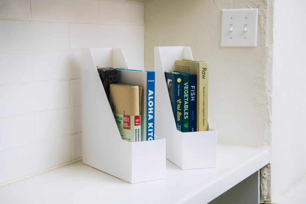 レシピブックや盛り付けの参考にしたい外国の料理本、ラップ類などは、書類のように立てて入れればすっきり収まる。 A4ファイルスタンド(W10×D28×H32cm)各¥399