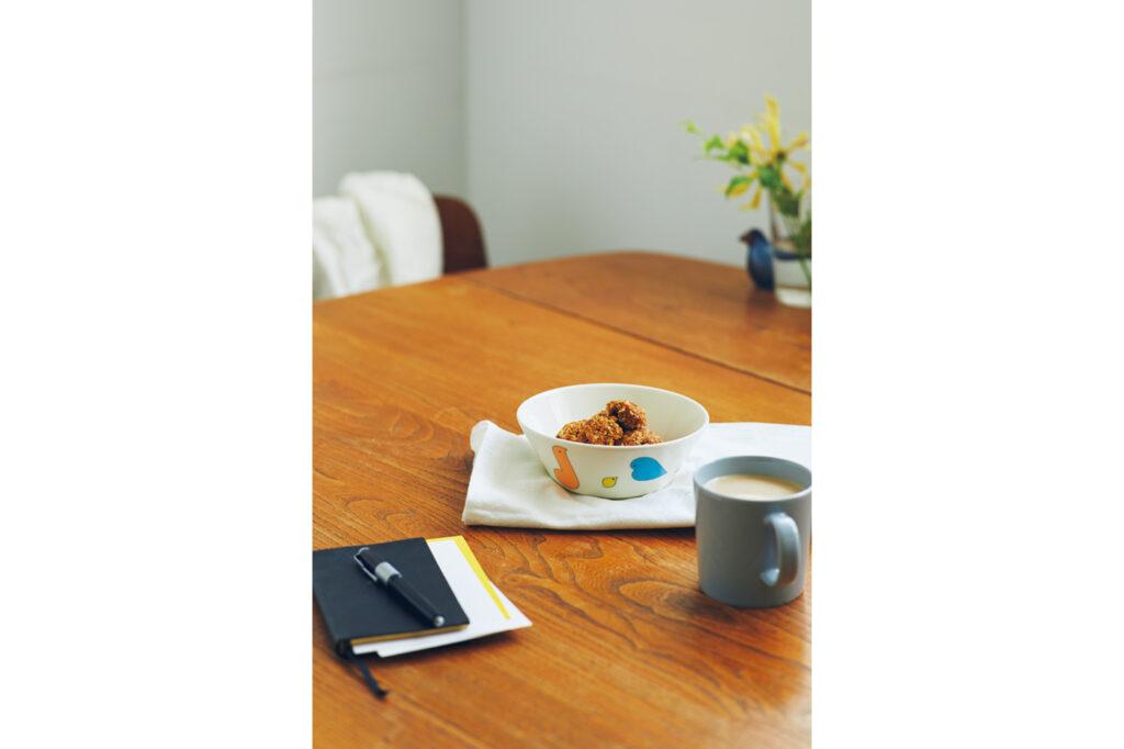 食器類は定番の「ティーマ」と同じく、日常使いするのにとても使い勝手がいい。食洗機、電子レンジ、オーブンすべて使用OK。 ボウル[∅15㎝]¥3,080 (イッタラ×ミナ ペルホネン) マグカップ¥3,080、奥のタンブラー 2個セット¥3,960、ガラスバード¥22,000(以上イッタラ) その他スタイリスト私物
