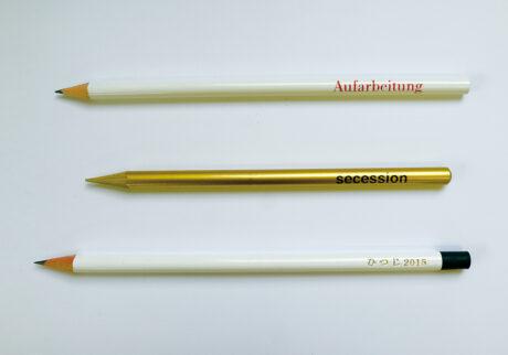 """上/精神分析の巨匠フロイトの語句""""Aufarbeitung""""(過去の消化/清算の意味)入り。中/画家クリムトが結成した新芸術団体ウィーン分離派""""secession""""のゴールド鉛筆。下/私も〈伊東屋〉に発注。お名入れ200円、謹賀新年!"""
