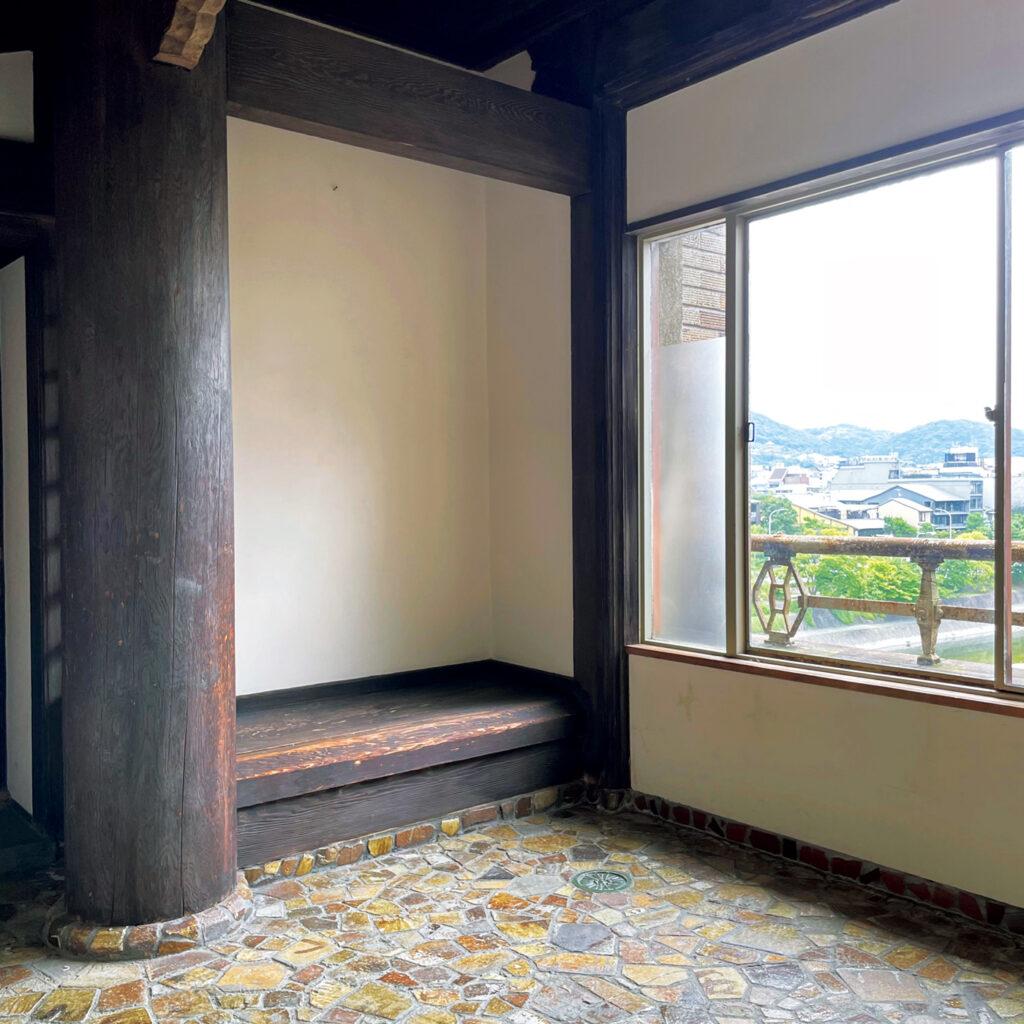 和洋中が混じり合う様式に惹かれる、  「先斗町歌舞練場」の茶室の控えの間。 劇場建築の名手・木村得三郎により昭和2年に竣工。「『鴨川をどり』の茶席から劇場へ向かう通り道にある部屋の床のタイルの意匠は洋風、その上の構造は唐風。一方で茶席は和風。折衷ぶりがユニーク」