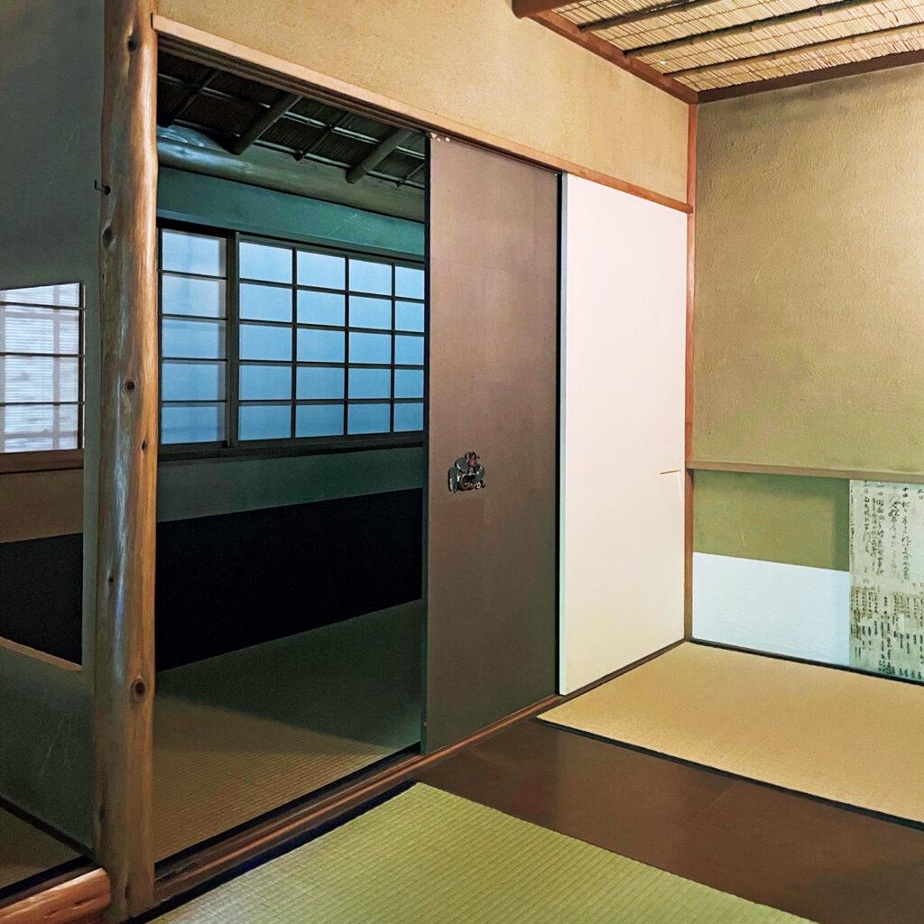 敷居を外し畳を詰める発想に驚く、  「北村美術館 四君子苑(しくんしえん)」の襖。 数寄屋建築の名工・北村捨次郎により昭和19年に完成した数寄者・北村謹次郎の茶室。「茶室『珍散蓮』は襖を取り除いて敷居も外し、畳を手前に詰めることで部屋の広さが変えられる機能性を備えます」