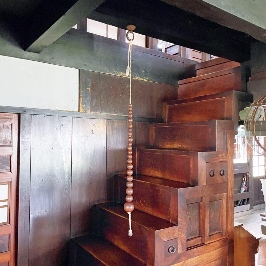 自らデザインした、垂直に下がる  「河井寛次郎記念館」の数珠の手すり。 民藝運動家として知られる河井寬次郎の旧邸は昭和12年の竣工。「濱田庄司から贈られた箱階段には、天井から垂直に取り付けられた数珠状の手すりが。階段を上ると絶妙な位置にあることがわかります」