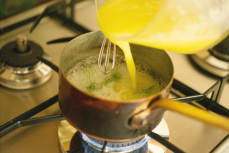 3.鍋のまわりがふつふつ沸騰してきたら中火にする。かき混ぜながら2分ほど火にかけ、「1」を加えさらに2分ほど煮詰める。