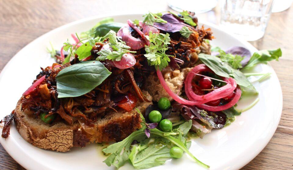 甘くこってりな味付けのプルド・ポークに夏野菜満載のカポナータの組み合わせで、ボリュームたっぷりな見た目に反し軽やかな食べ心地のタルティーヌ。